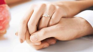 HS EngagementGuide HERSTYLE WhatRingStyleWillSuitMyFinger compressed 1 300x169 - anillo de compromiso