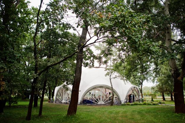 hermosa-boda-set-decoracion-carpa-al-aire-libre-parque